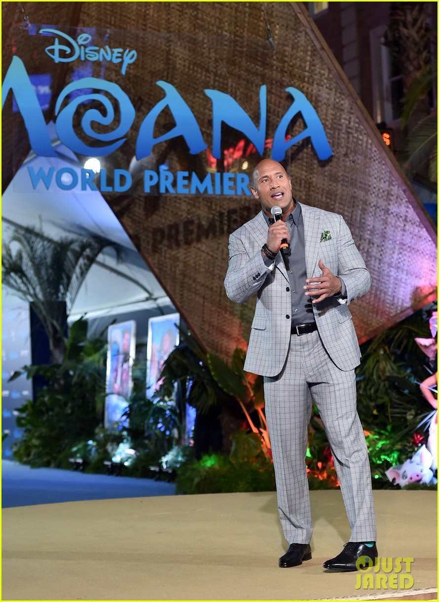 dwayne johnson sings on stage at moana premiere 063808900