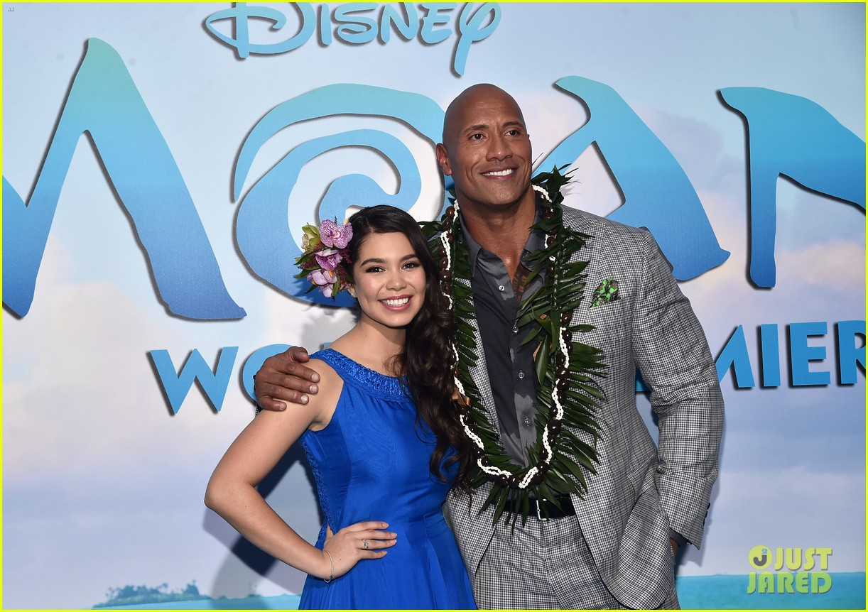 dwayne johnson sings on stage at moana premiere 083808902
