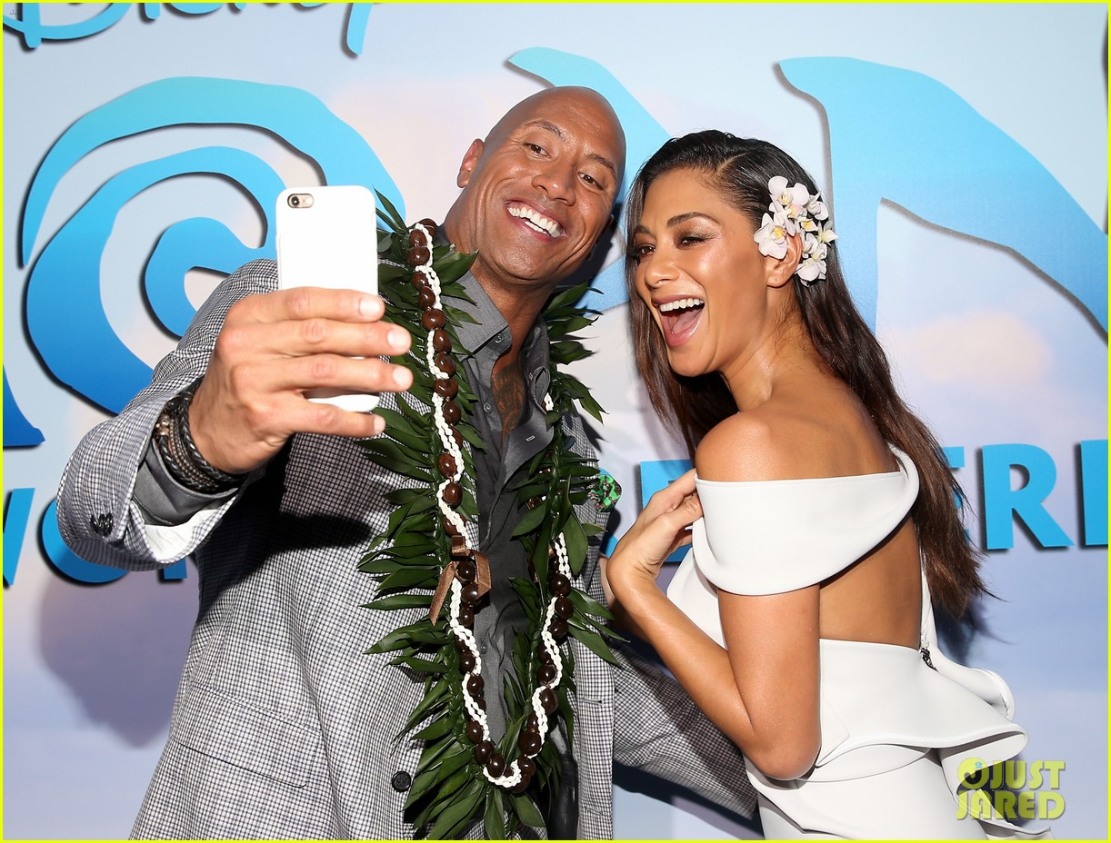 dwayne johnson sings on stage at moana premiere 093808903