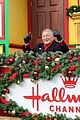 tony bennett almost falls during macys parade 27