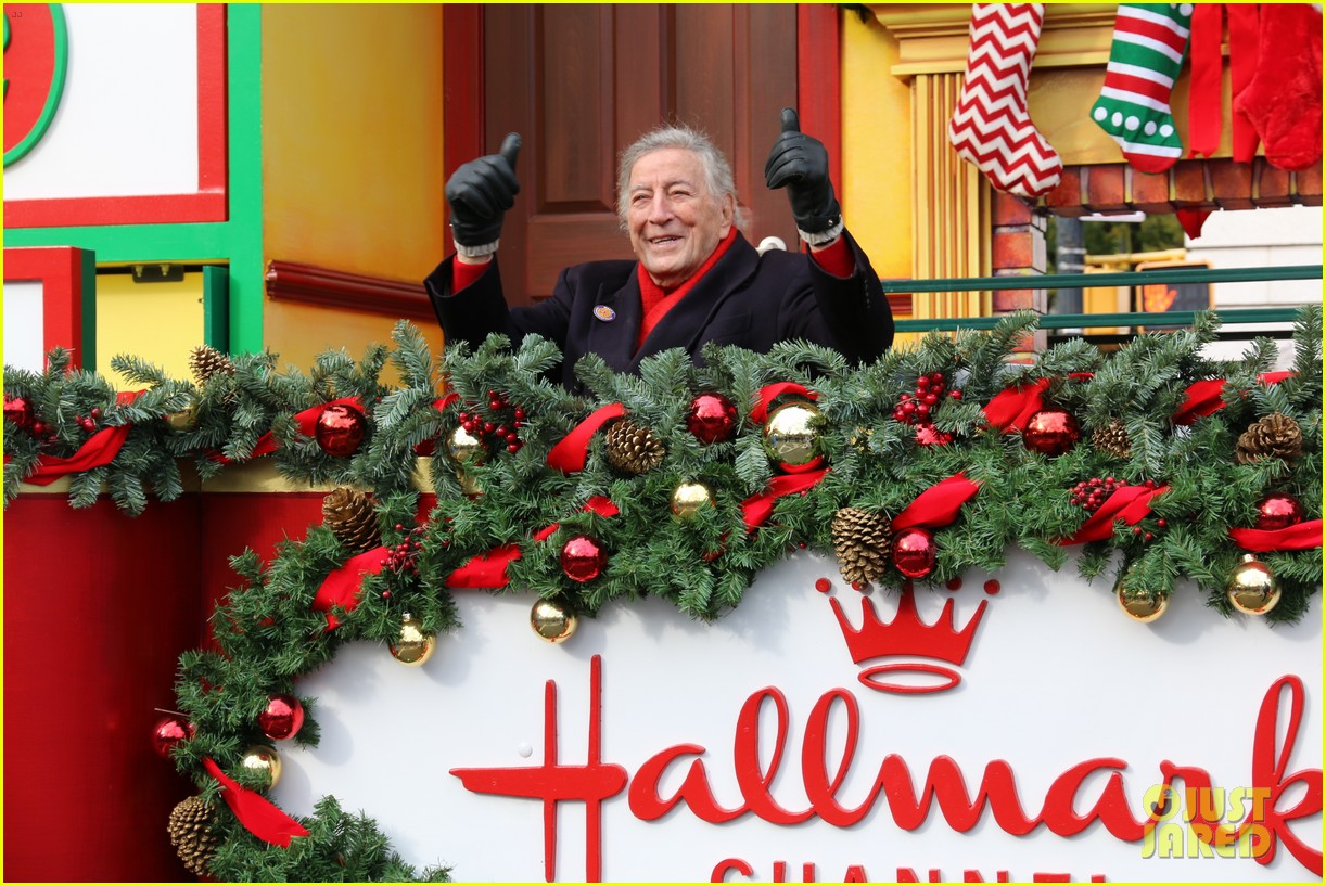 tony bennett almost falls during macys parade 033815113