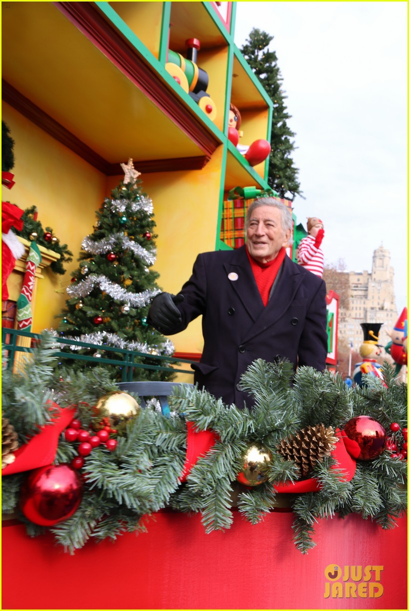 tony bennett almost falls during macys parade 253815135