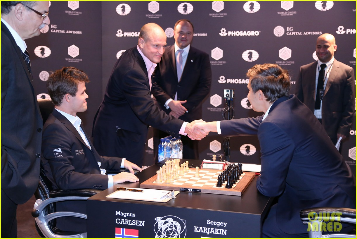 woody harrelson gets in some practice at world chess championship 063806774