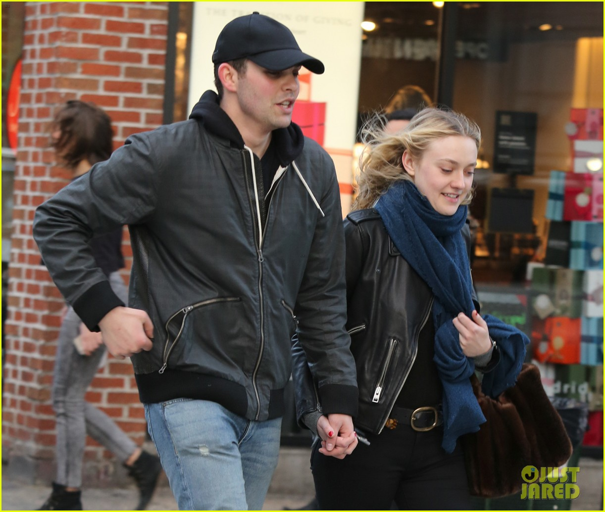 dakota fanning holds hands with mystery man in nyc2 013822147