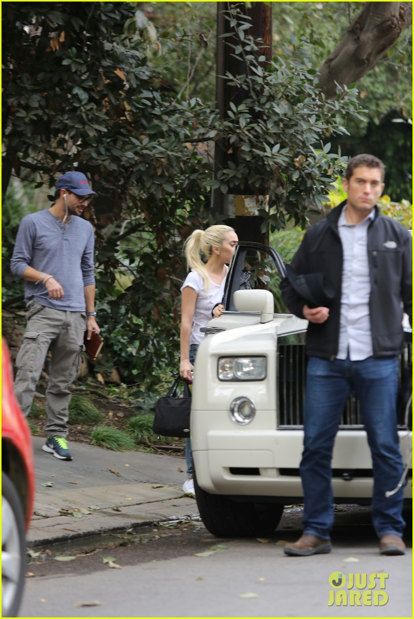 lady gaga stops by bradley coopers house 063825364