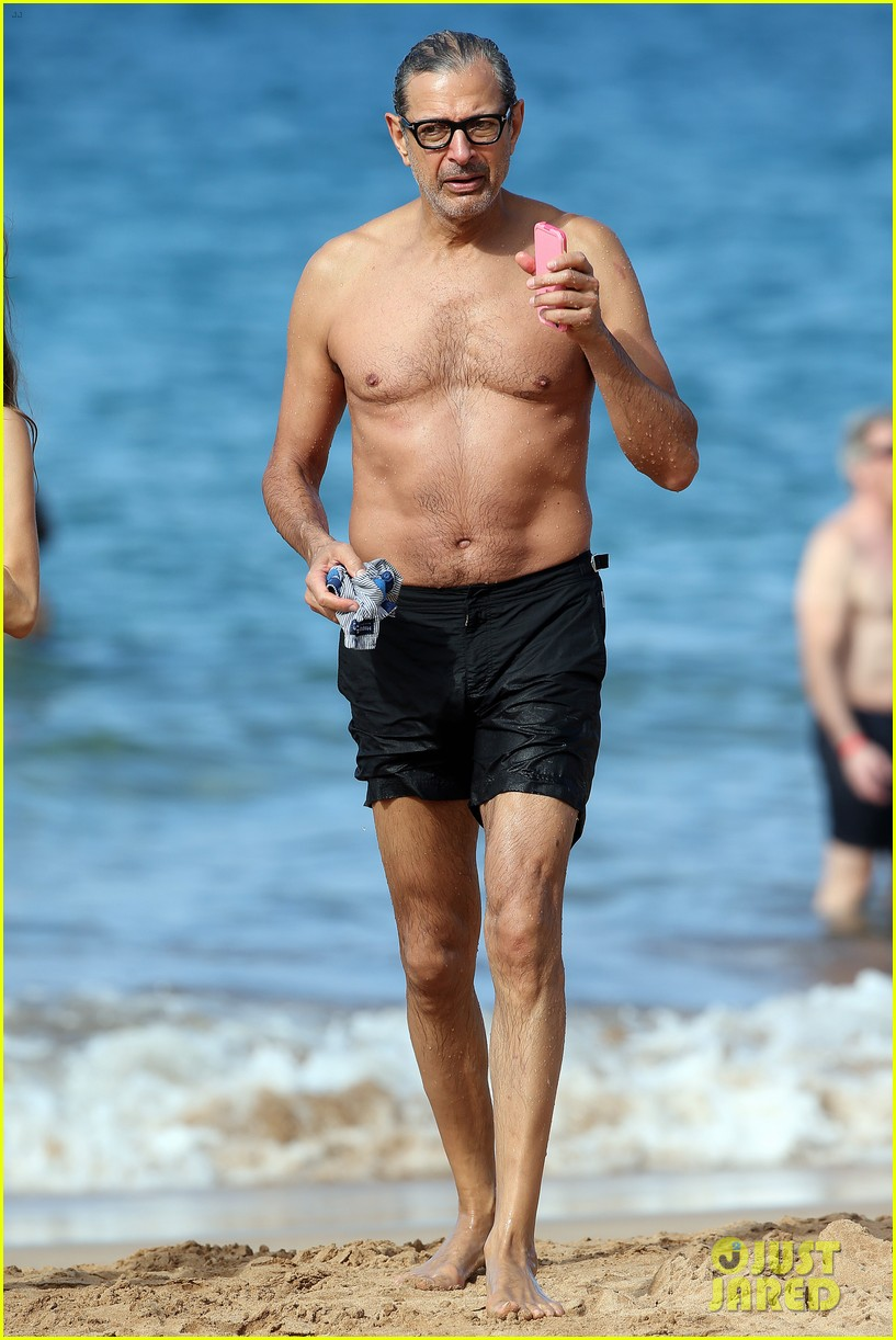 jeff goldblum goes shirtless in hawaii with pregnant wife emilie livingston 053826430