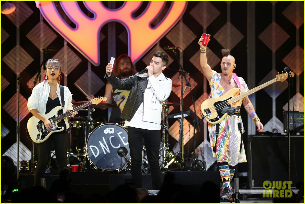 ariana grande dnce rock out at jingle ball 043829836