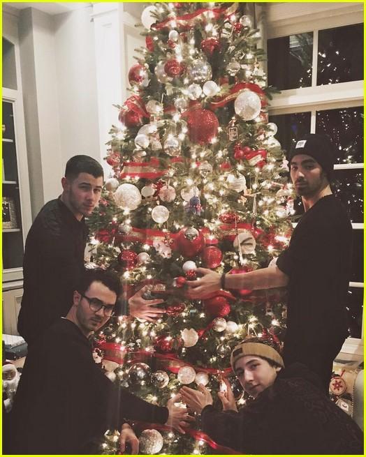 jonas brothers christmas photos 033833067