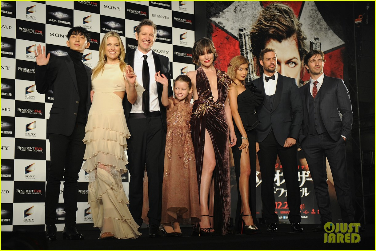 milla jovovich brings daughter ever to resident evil tokyo premiere 013827965