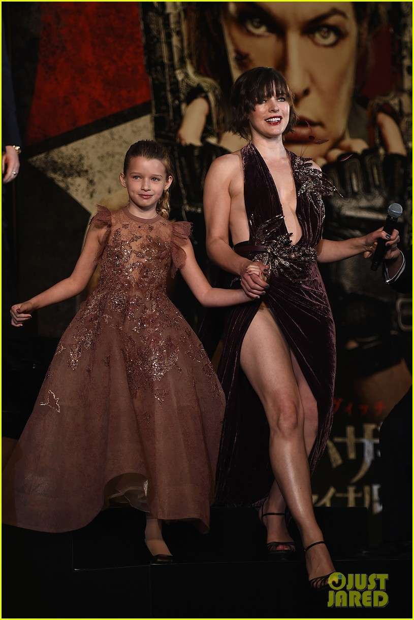 milla jovovich brings daughter ever to resident evil tokyo premiere 033827967