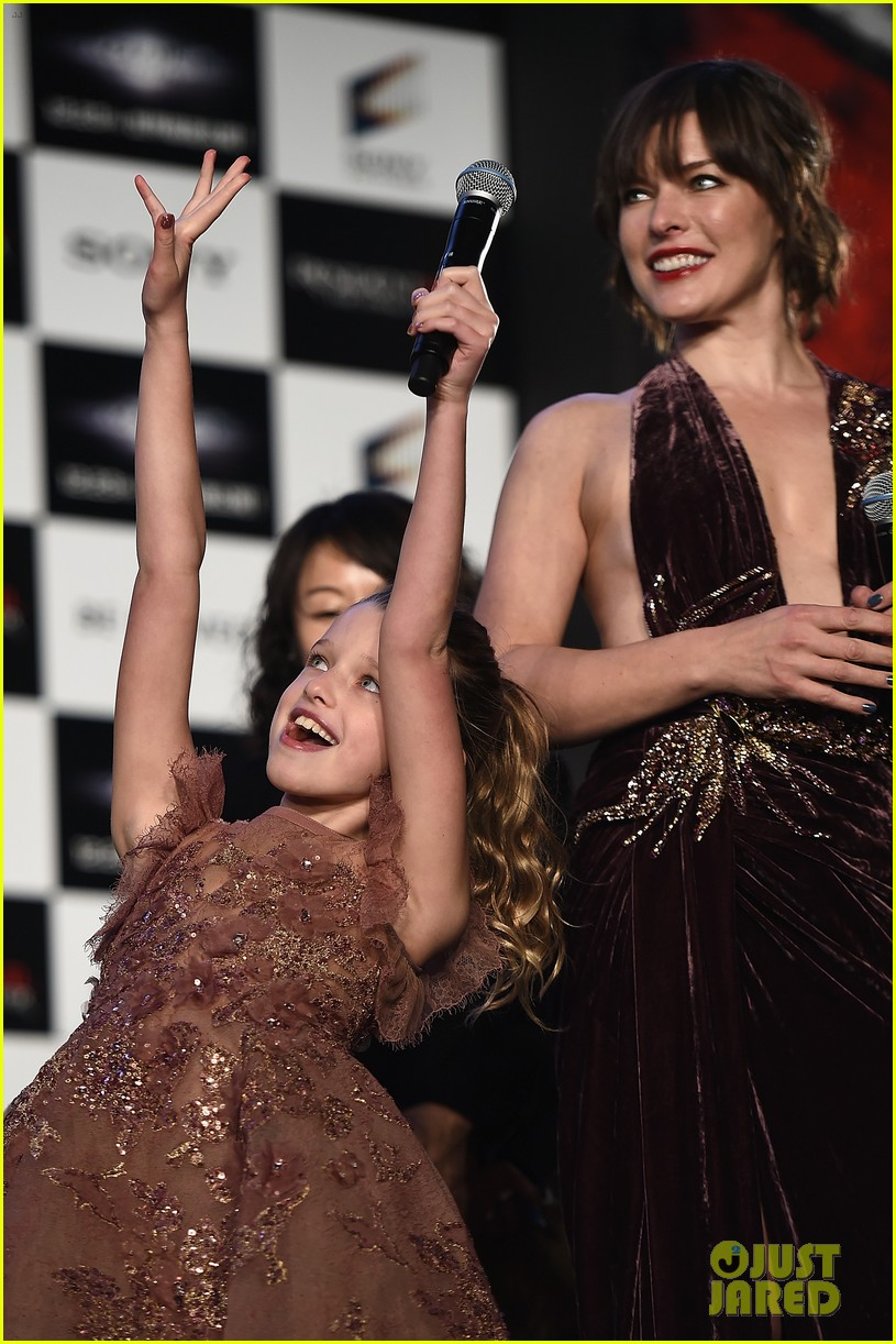 milla jovovich brings daughter ever to resident evil tokyo premiere 043827968