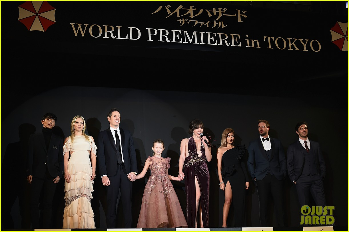 milla jovovich brings daughter ever to resident evil tokyo premiere 053827969
