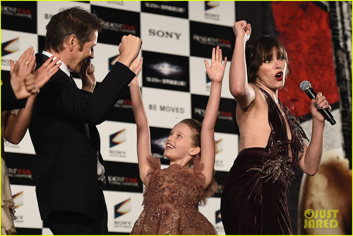 milla jovovich brings daughter ever to resident evil tokyo premiere 063827970