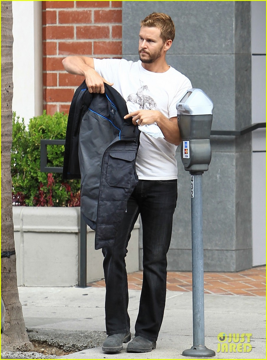About Photo #3824168: Ryan Kwanten zips up his vest as he makes his way out of an appointment on Tuesday afternoon (December 6) in Beverly Hills, Calif. The 40-year-old former True… Read More Here
