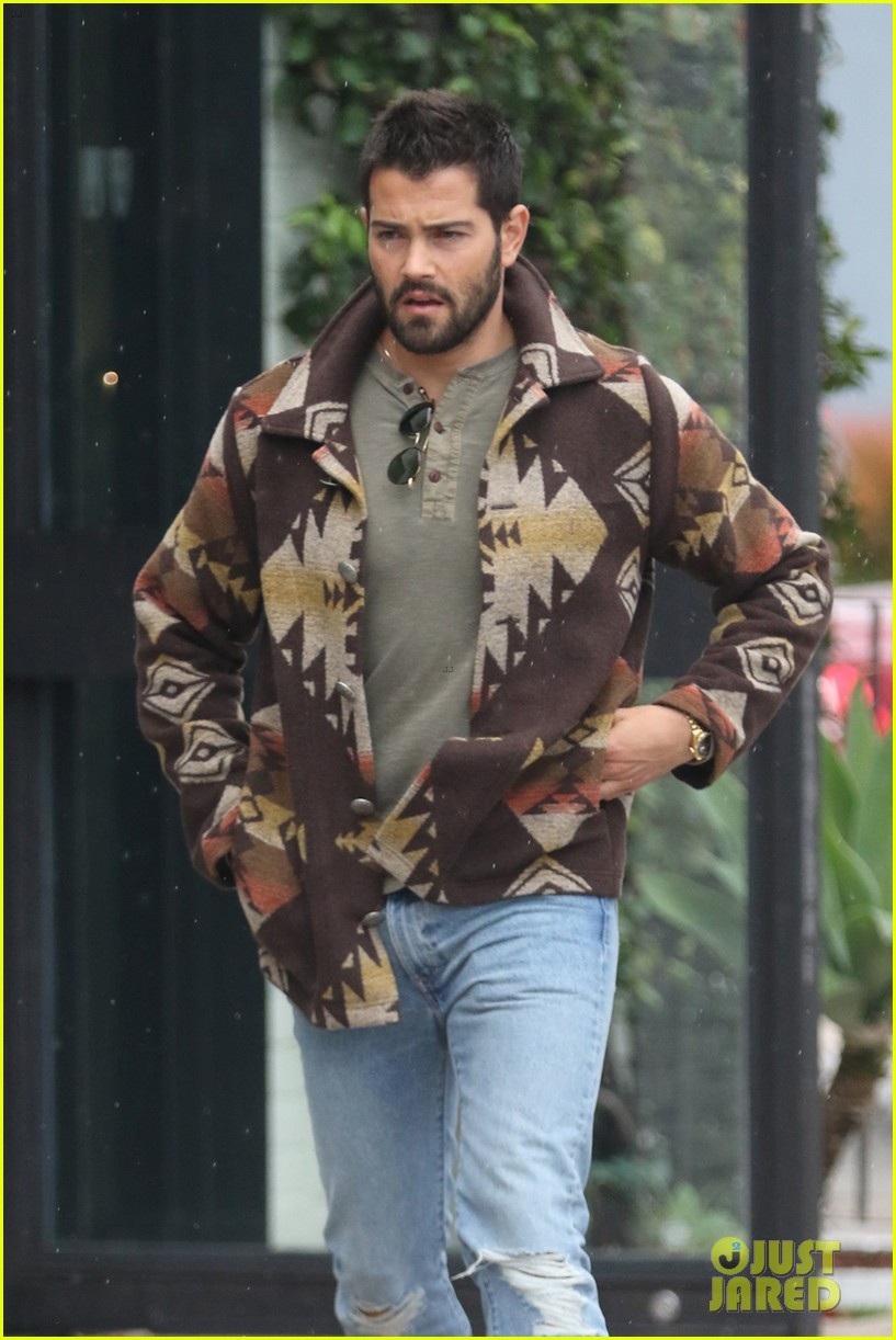 jesse metccalfe braves the weho rain to holiday shop 063832367