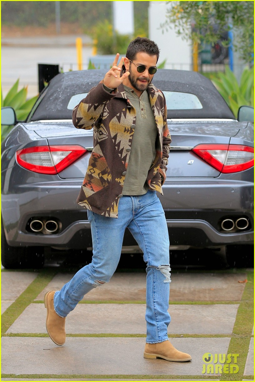 jesse metccalfe braves the weho rain to holiday shop 133832374