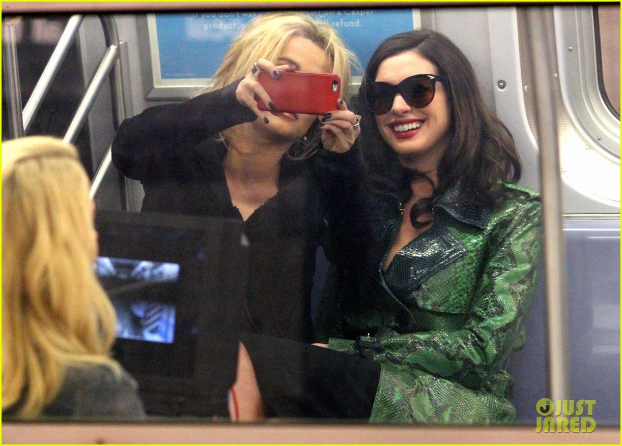 Rihanna Ocean S Eight Cast Film Scenes On Nyc Subway Photo 3820791 Anne Hathaway Awkwafina Cate Blanchett Helena Bonham Carter Mindy Kaling Rihanna Sandra Bullock Pictures Just Jared