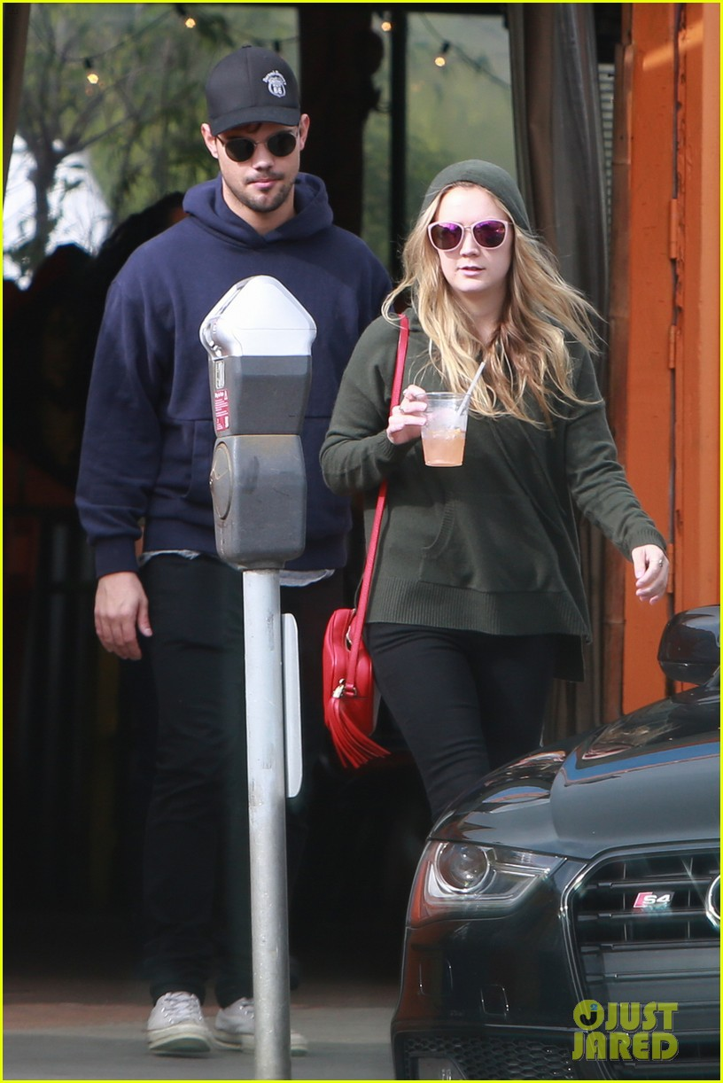 billie lourd taylor launter step out first time since funeral 033840193