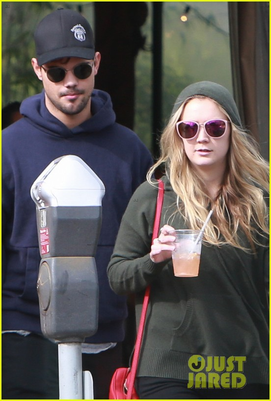 billie lourd taylor launter step out first time since funeral 063840196