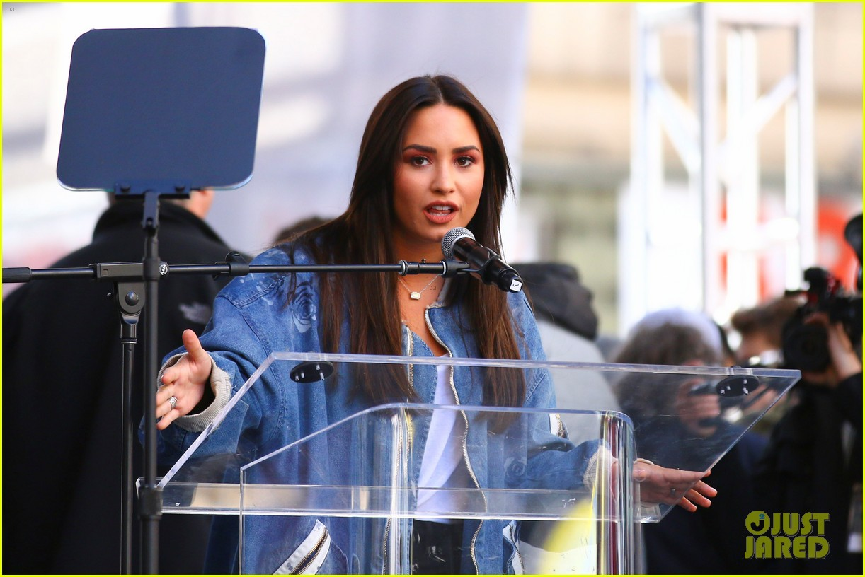 miley cyrus gina rodriguez and barbra streisand stand together at womens march 053845857