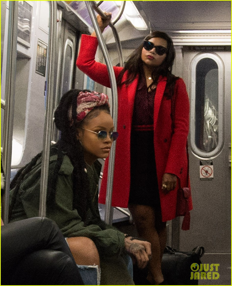 first oceans eight photo cast riding the subway 023850135