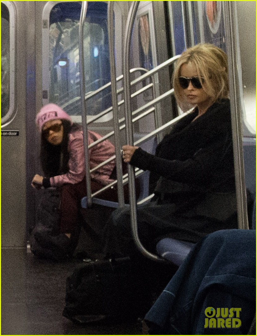first oceans eight photo cast riding the subway 043850219