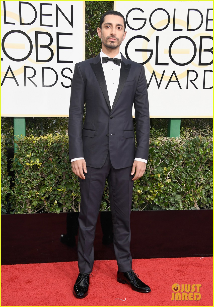 felicity jones riz ahmed deigo luna golden globes 2017 033839174