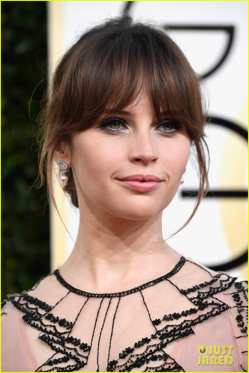 felicity jones riz ahmed deigo luna golden globes 2017 073839178