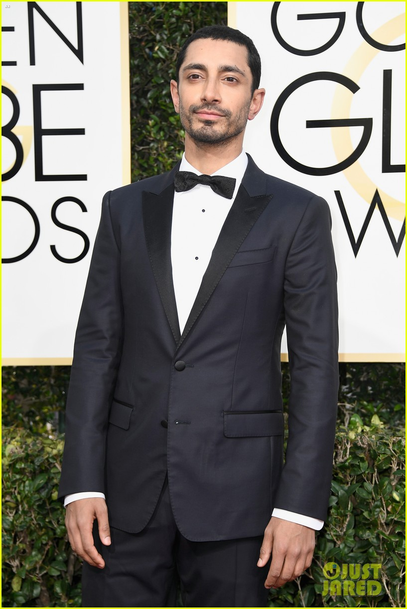 felicity jones riz ahmed deigo luna golden globes 2017 093839180