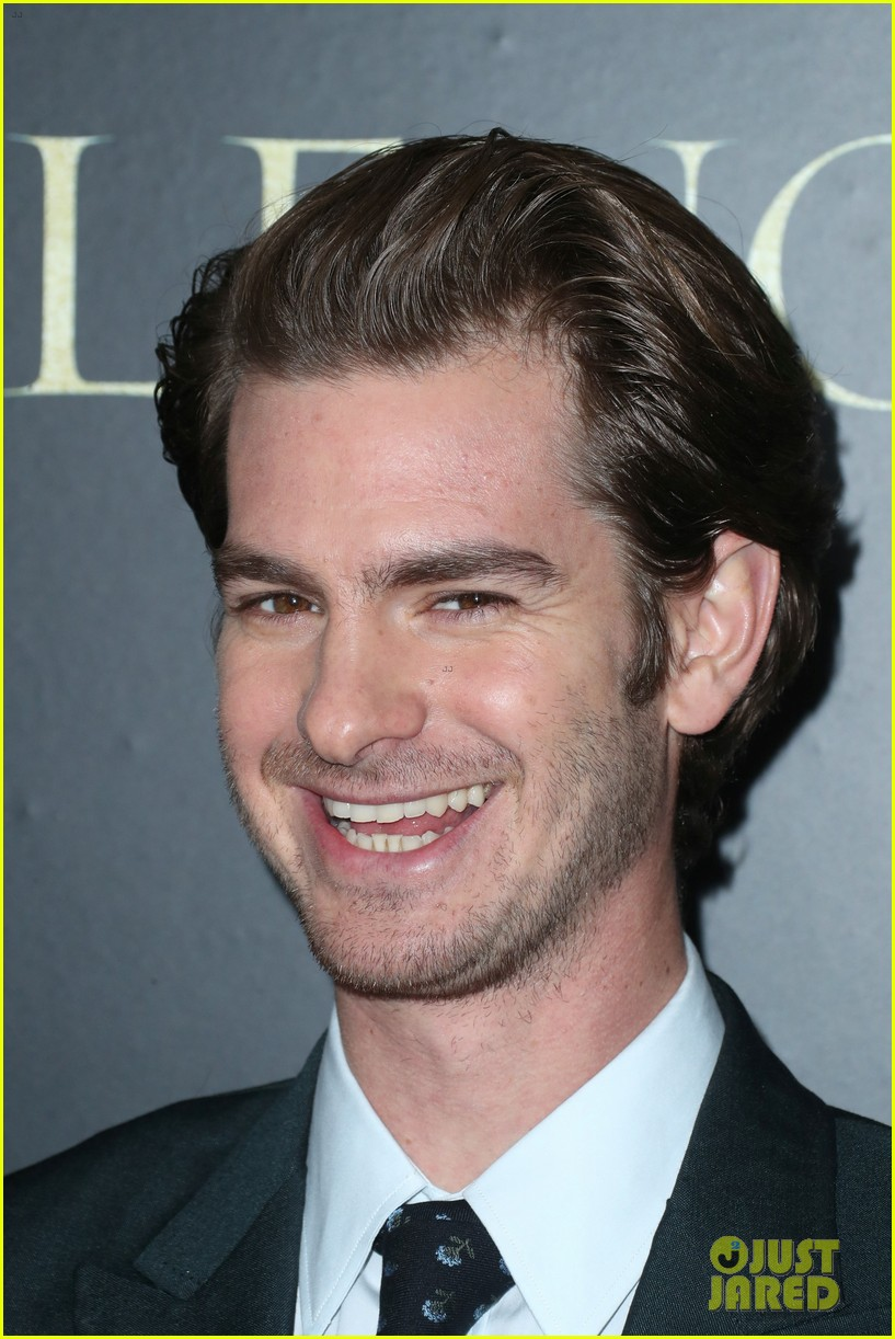 andrew garfield suits up for silence premiere 043837358