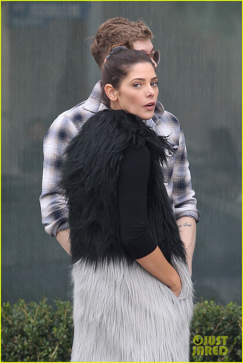ashley greene loves showing off her engagment ring 023836290