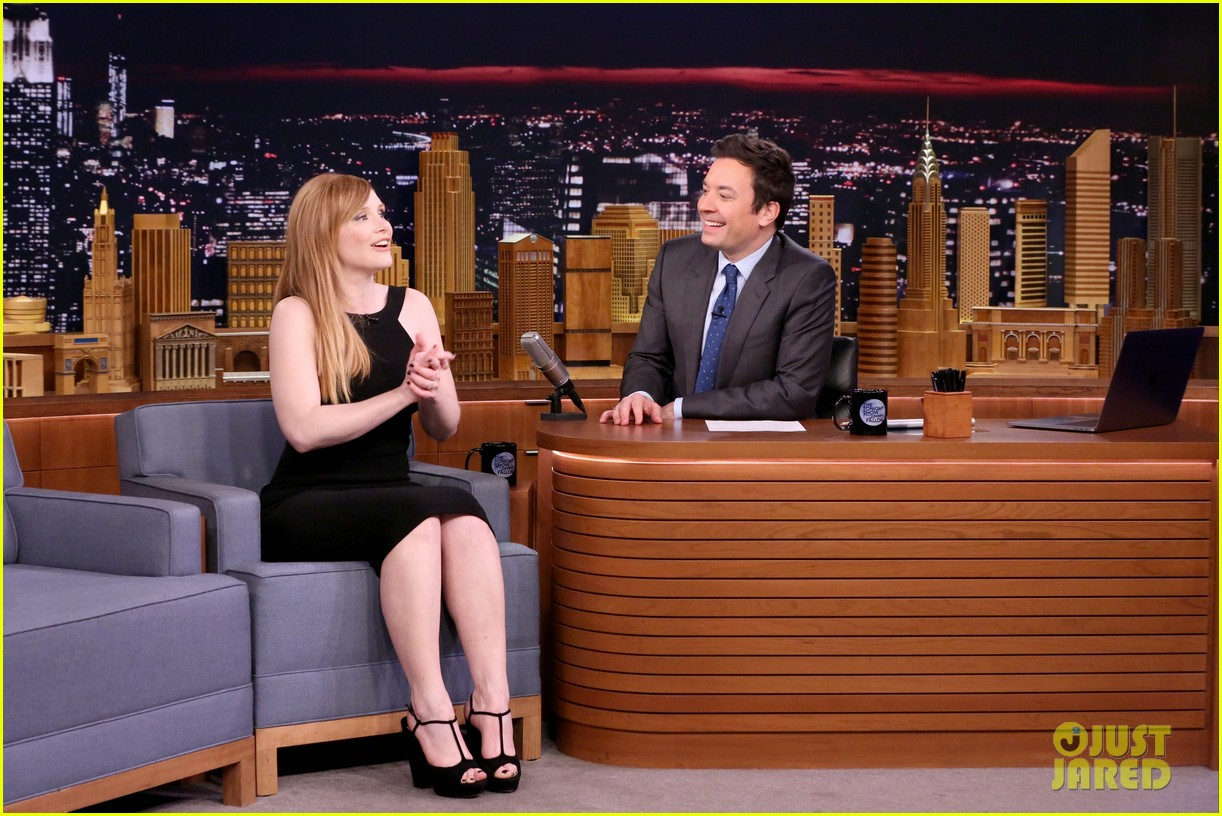 bryce dallas howard michael strahan play pyramid on the tonight show 023843333