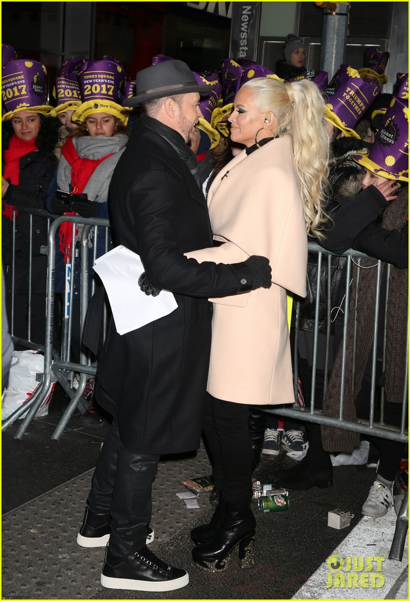 jenny mccarthy donnie wahlberg couple up in times square 053835073