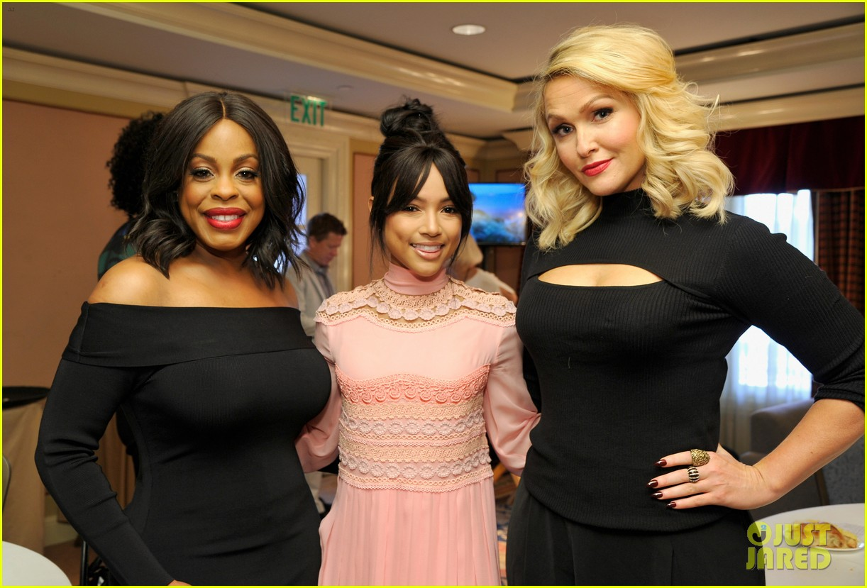 rashida jones brings her new show claws to2017 tca 133842639
