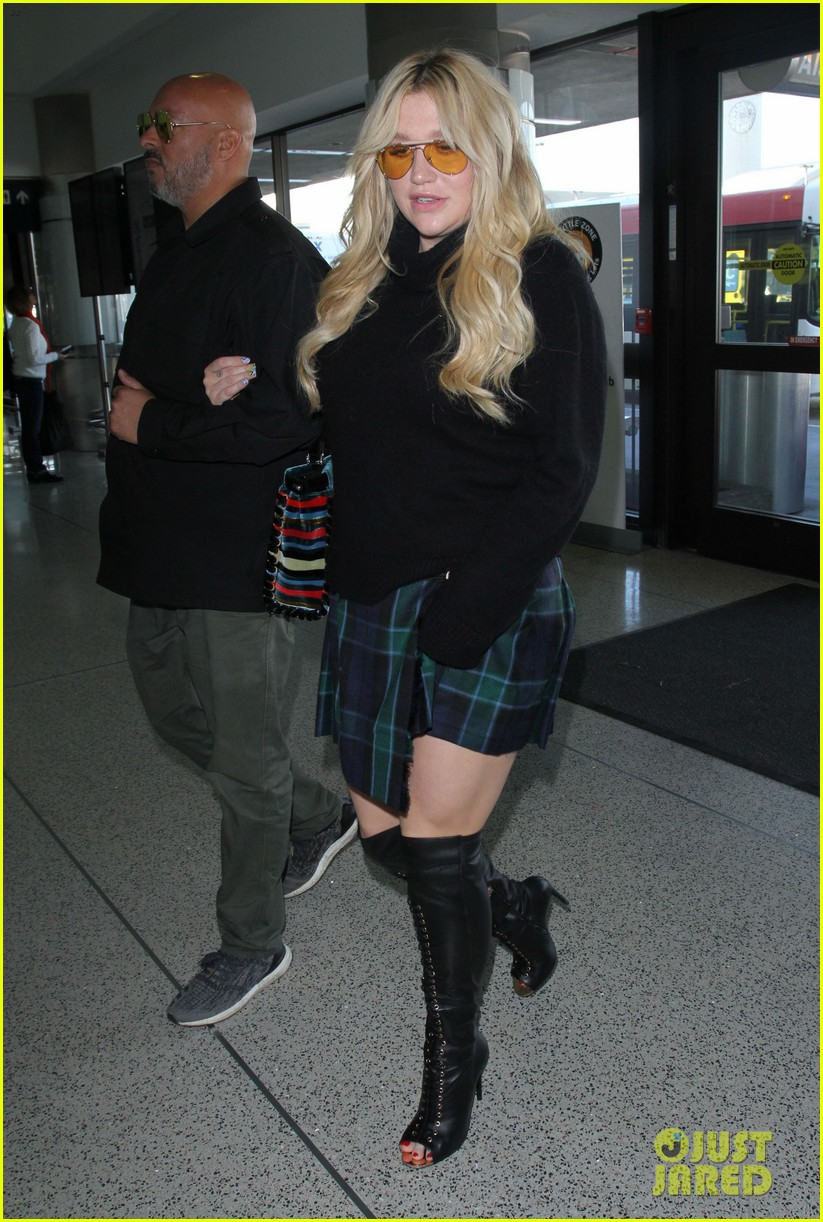 kesha shares cute selfie from airport 033848455
