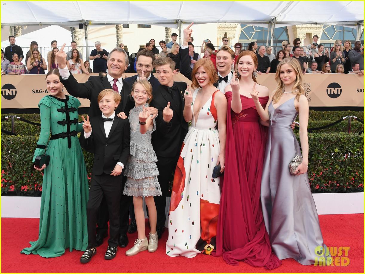 Viggo Mortensen Annalise Basso Captain Fantastic Sag Awards 03 Cast Flip Off Photographers At
