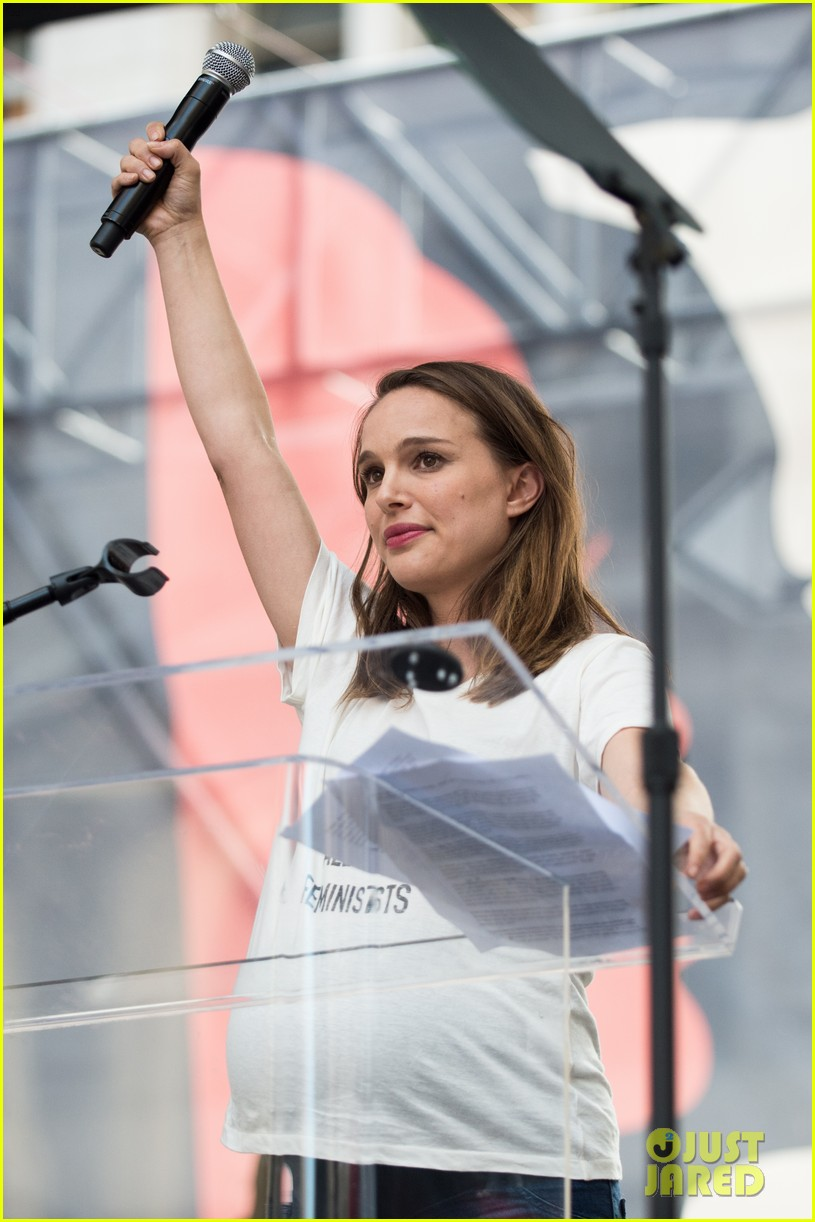 natalie portman speaks at womens march wearing we should all be feminists t shirt 033845852