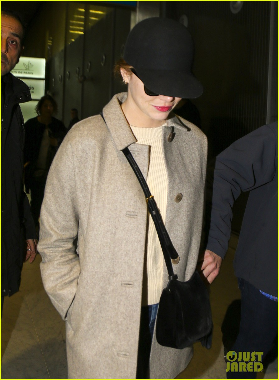 emma stone ryan gosling arrive in paris 043840503