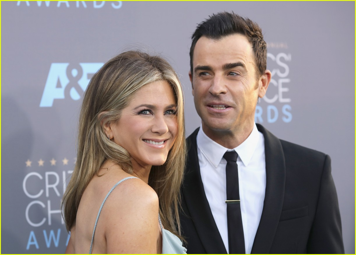 justin theroux left golden globes early for sweet reason 053840485
