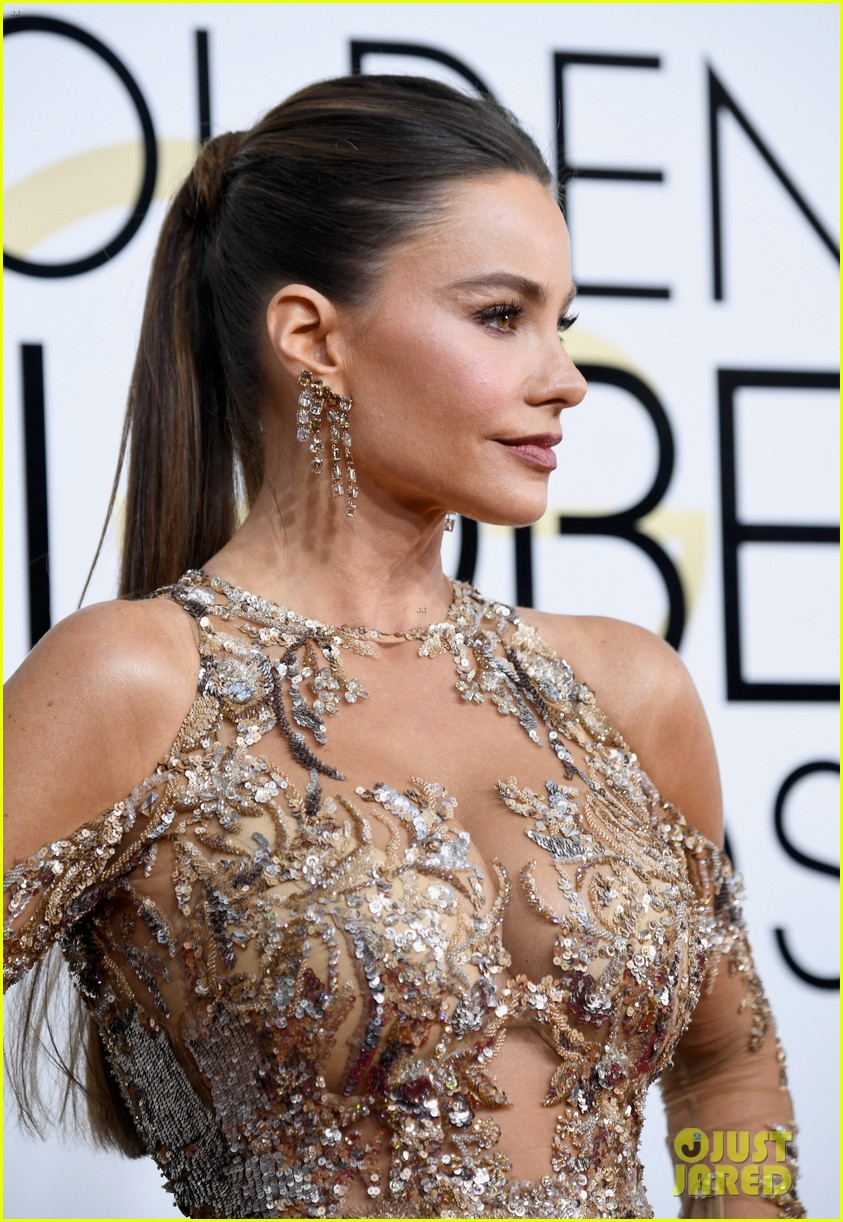 sofia vergaras red carpet dress steals the show at golden globes 033839083