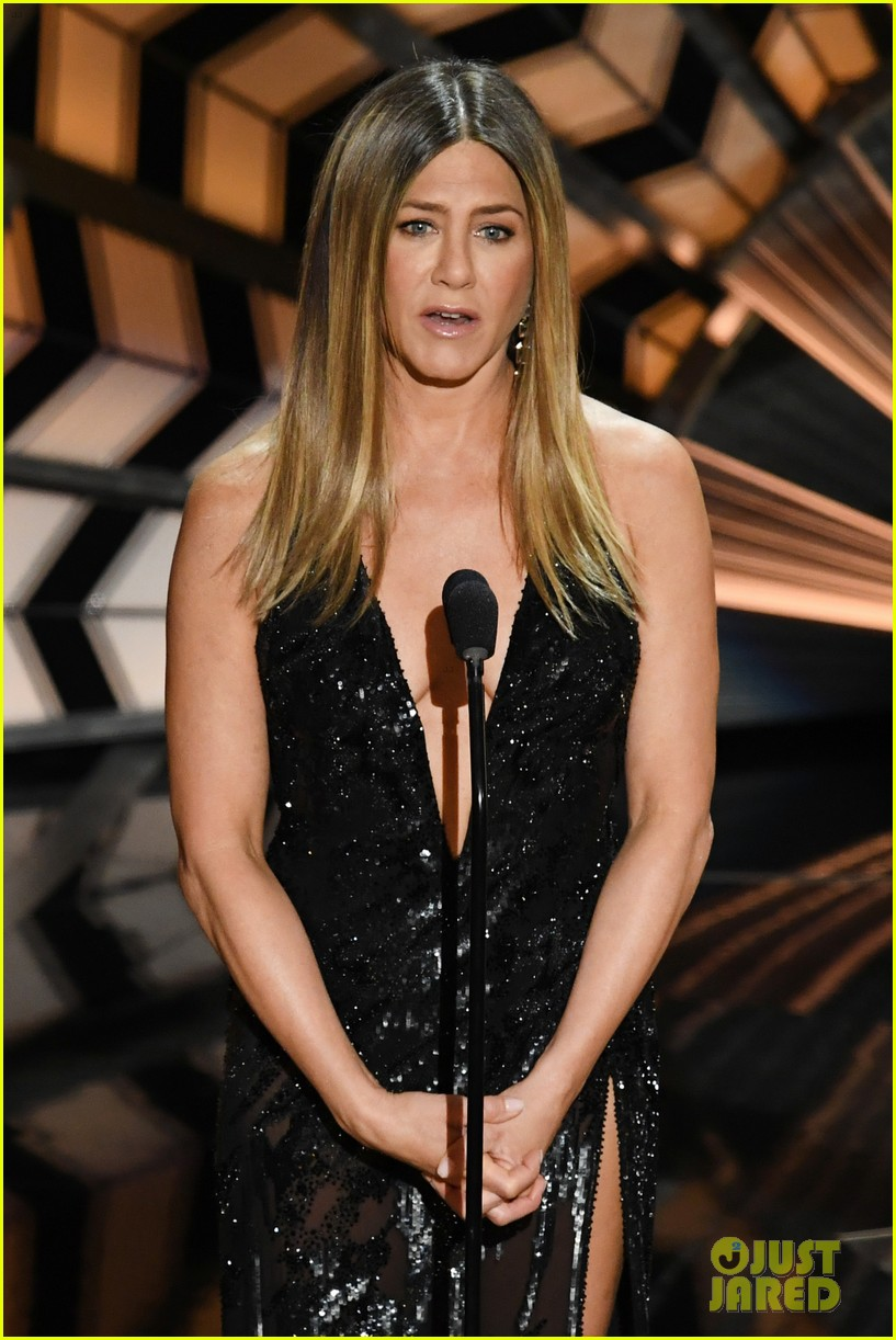 jennifer anniston holds back tears during in memorium 033867090