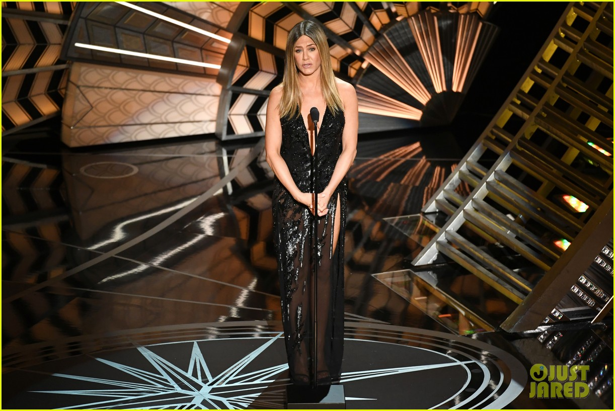 jennifer anniston holds back tears during in memorium 053867092