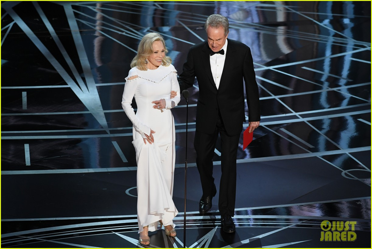 warren beatty envelope said best actress oscars 033867180