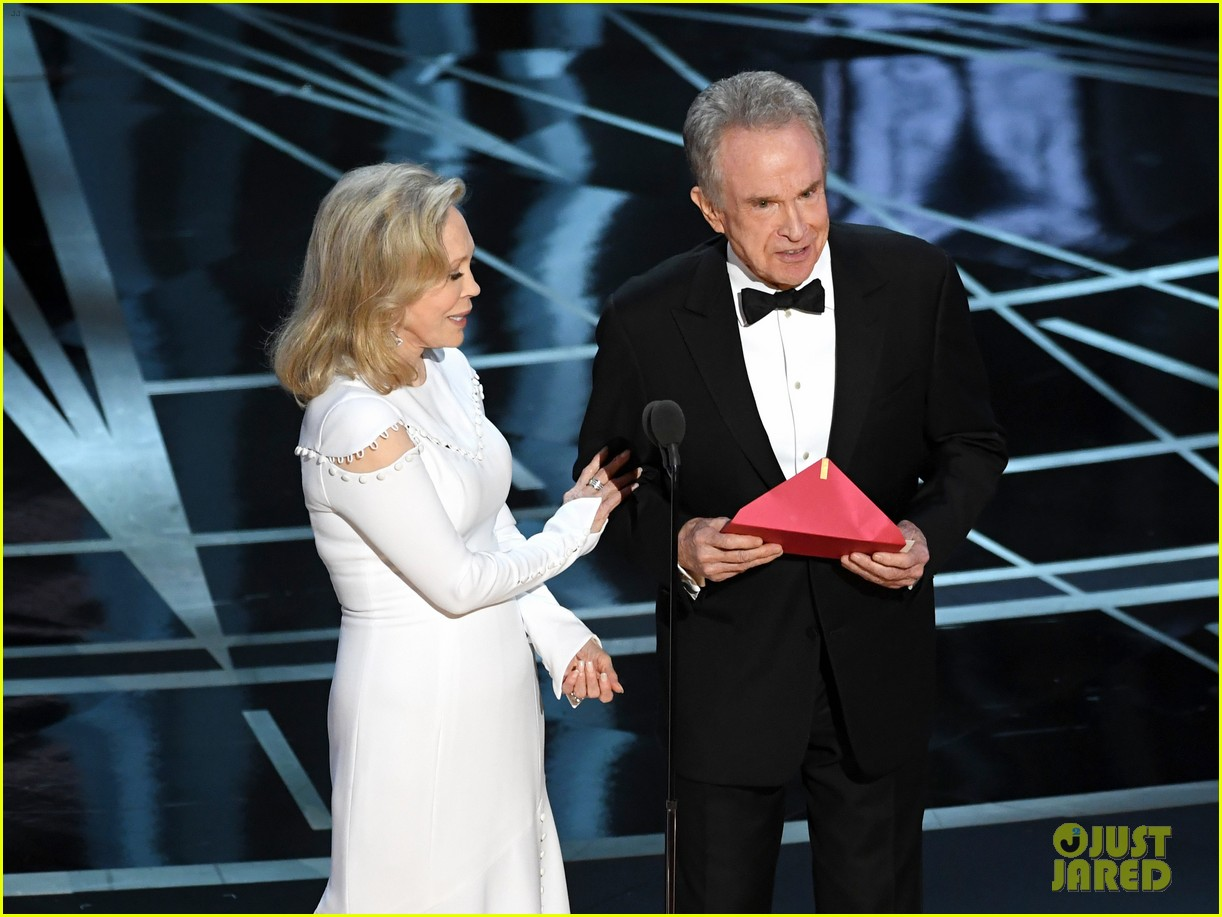 warren beatty envelope said best actress oscars 053867182