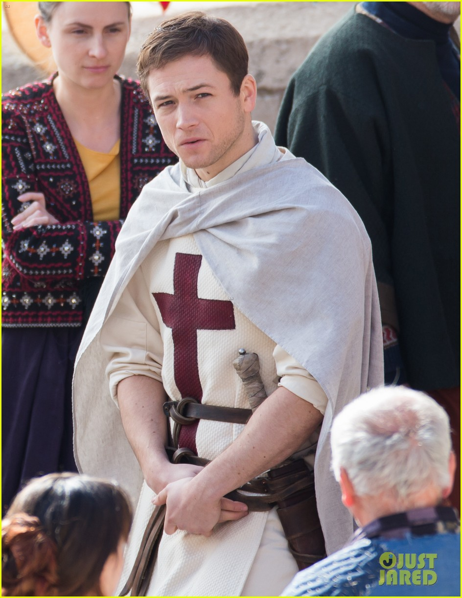 taron egerton spotted as robin hood in first set photos 023862819