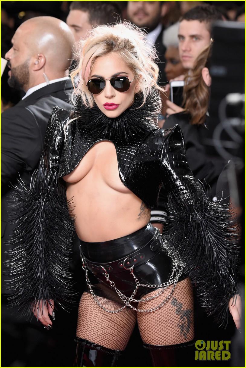 Lady Gaga - Σελίδα 3 Lady-gaga-grammys-2017-red-carpet-look-02