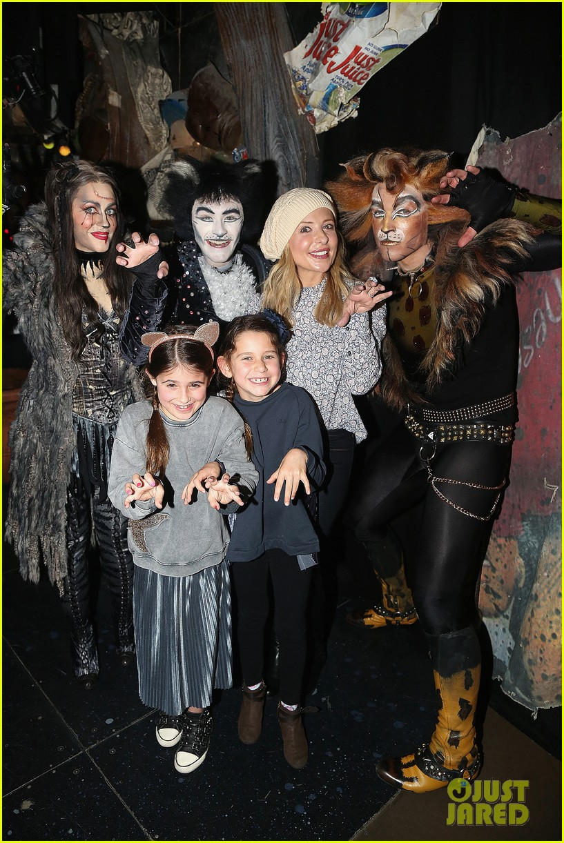 sarah michelle gellar checks out broadways cats with daughter charlotte 023854546