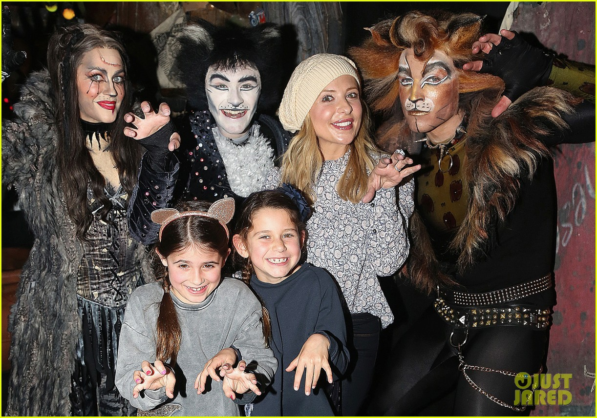sarah michelle gellar checks out broadways cats with daughter charlotte 043854548