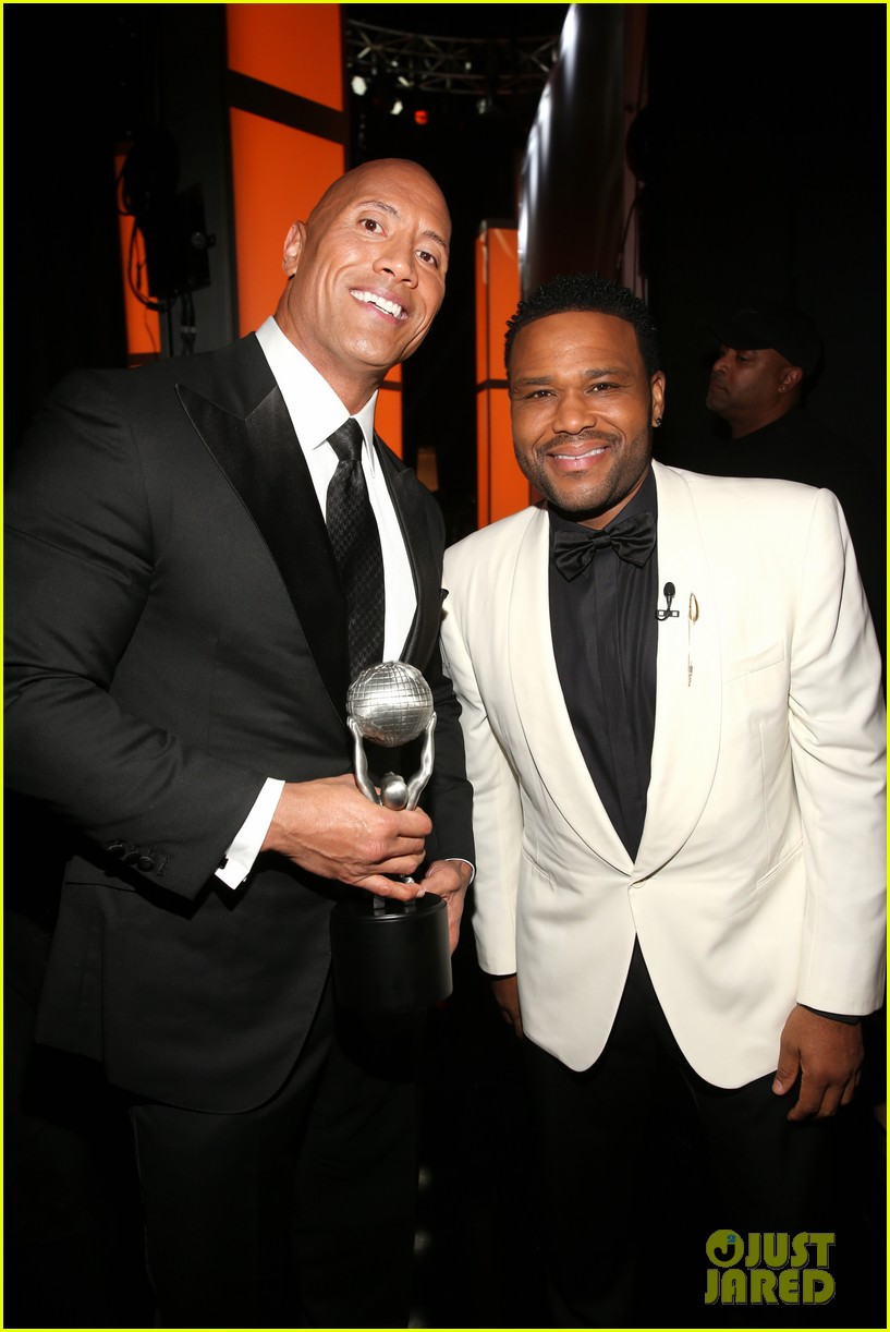 dwayne johnson wins entertainer of the year at naacp image awards 073857593