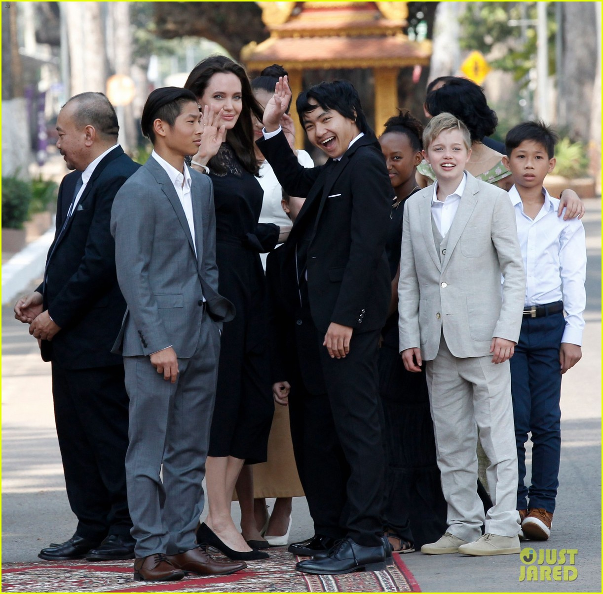 angelina jolie premieres her new movie in cambodia with all six kids 033862121